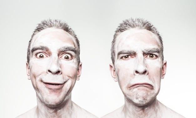 Regulacja emocji, pół-uśmiech i dłonie dobrej woli